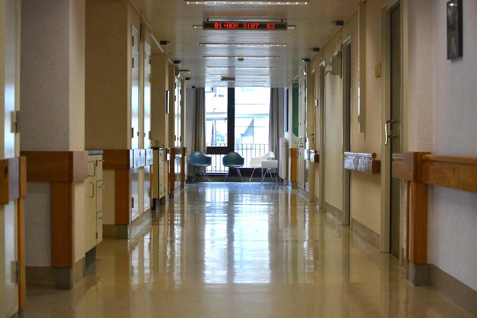 V nemocnicích umírá
